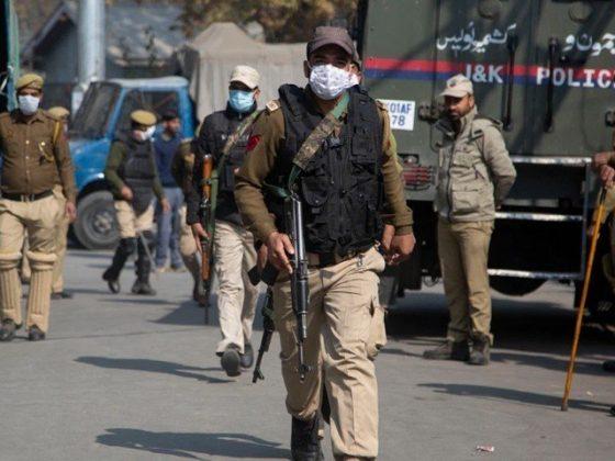 مقبوضہ کشمیر میں بھارتی پولیس پر دستی بم حملے میں 2 اہلکار زخمی
