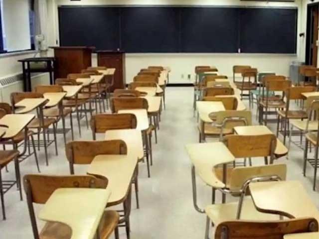 اسلام آباد: حکومت نے پہلی سے آٹھویں تک اسکولزعید تک بند رکھنے اور 9 ویں سے 12 ویں تک تعلیمی ادارے کل سے سخت کورونا ایس او پیز کے ساتھ کھولنے کا فیصلہ کیا ہے۔ ایکسپریس نیوزکے مطابق وفاقی وزیر تعلیم شفقت محمود کی سربراہی میں بین الصوبائی وزرائے تعلیم کا ہنگامی اجلاس ہوا، جس میں تمام وزرائے تعلیم نے ویڈیو لنک کے ذریعے شرکت کی، اجلاس میں تعلیمی اداروں میں کلاسز کی بحالی پر تبادلہ خیال کیا گیا۔ اجلاس میں تمام صوبائی وزرائے تعلیم نے بورڈز کلاسز شروع کرنے کی سفارش کی، تاہم این سی او سی کے حکام کا کہنا تھا کہ کیسز بڑھ رہے ہیں، ابھی تعلیمی ادارے نہ کھولیں تو بہتر ہو گا۔ اجلاس میں فیصلہ کیا گیا کہ ملک بھر میں پہلی سے آٹھویں تک اسکولزعید تک بند رکھے جائیں گے، جب کہ 9 ویں سے 12 ویں تک تعلیمی ادارے کل سے سخت کورونا ایس او پیز کے ساتھ کھولنے کا فیصلہ کیا گیا۔ اجلاس میں او ، اے لیول امتحانات شیڈول کے مطابق لینے کا فیصلہ ہوا، جب کہ کہا گیا کہ کورونا کی زیادہ شرح والی یونیورسٹیز میں آن لائن کا سلسلہ جاری رہے گا۔