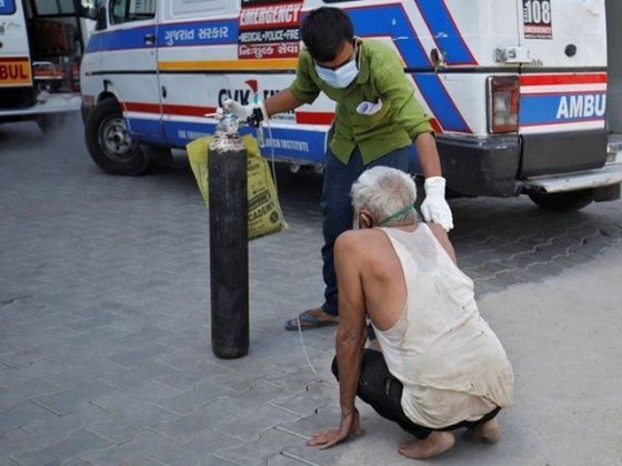بھارت میں کورونا وبا بے قابو، صحت کا نظام بیٹھ گیا