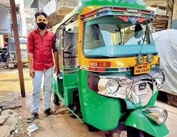 کورونا وبا؛ بھارت میں مسلم ڈرائیور نے اپنے رکشے کو ایمبولینس بنا لیا