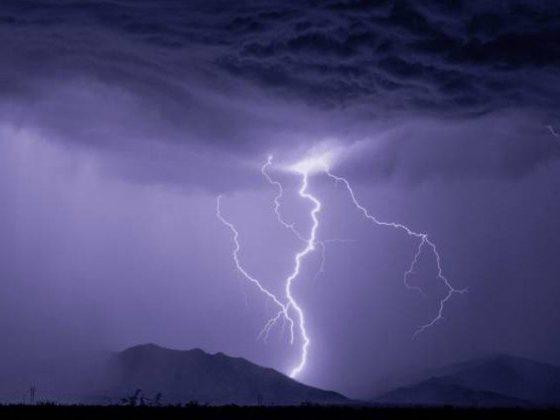 سعودی عرب میں آسمانی بجلی گرنے سے چٹان دو حصوں میں تقسیم، ویڈیو وائرل