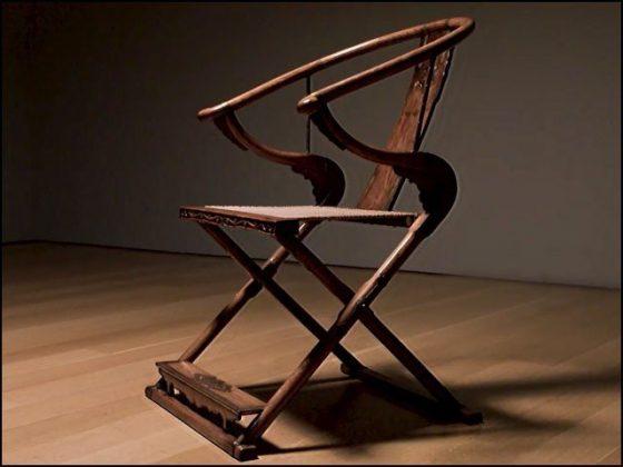 لکڑی کی یہ کرسی 131 کروڑ روپے کی ہے!