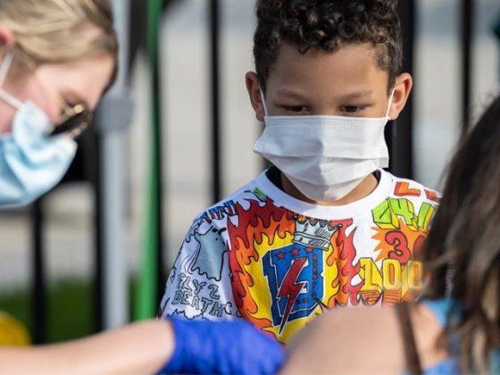 کیا بچوں کو کورونا ویکسین لگانا چاہیئے، ایف ڈی اے نے بحث چھیڑ دی