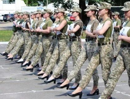 یوکرائن میں خاتون فوجی اہلکاروں کی اونچی ایڑھی کی سینڈل پہن کر پریڈ