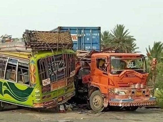 ڈیرہ غازی خان کے قریب بس اور ٹرالر میں تصادم سے 34 افراد جاں بحق